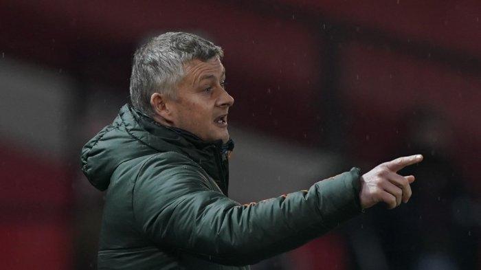 Manajer Manchester United asal Norwegia, Ole Gunnar Solskjaer, memberi isyarat saat pertandingan sepak bola Liga Premier Inggris antara Manchester United dan Sheffield United di Old Trafford di Manchester, Inggris barat laut, pada 27 Januari 2021.