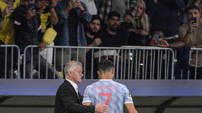 Manajer Manchester United Ole Gunnar Solskjaer (kiri) berbicara dengan striker Manchester United asal Portugal Cristiano Ronaldo saat ia meninggalkan lapangan menyusul pergantian pemain.