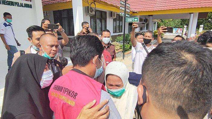"""Isak Tangis Pecah Iringi Penahanan Eks Pejabat BUMD Pelalawan, Keluarga Serukan,""""yang Kuat ya Ata"""""""