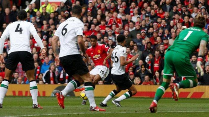 Bintang muda Manchester United Marcus Rashford (ketiga dari kiri) menendang bola ke gawang Liverpool yang berbuah gol kedua dalam duel Liga Inggris di Stadion Old Trafford, Manchester, Sabtu (10/3/2018) malam WIB.