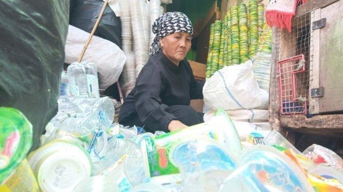 Inspiratif! Pemulung Maryani (63) Naik Haji setelah 26 Tahun Menabung dari Hasil Jual Botol Bekas