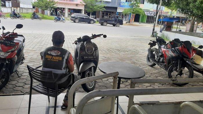 Pelangan Ritel Ditagih Tanpa Karcis, Oknum Jukir Liar di Kota Pekanbaru Kenakan Atribut 'Resmi'