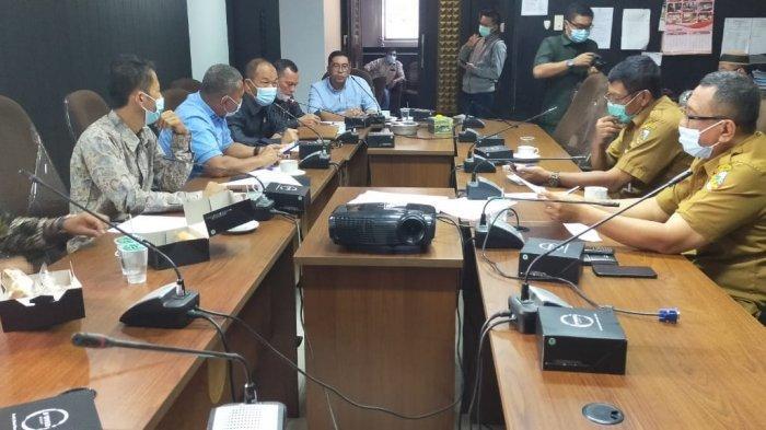 Suasana hearing Komisi IV DPRD Pekanbaru dengan DLHK Pekanbaru membahas masalah penumpukan sampah, Selasa (5/1/2021) di ruang Komisi IV.