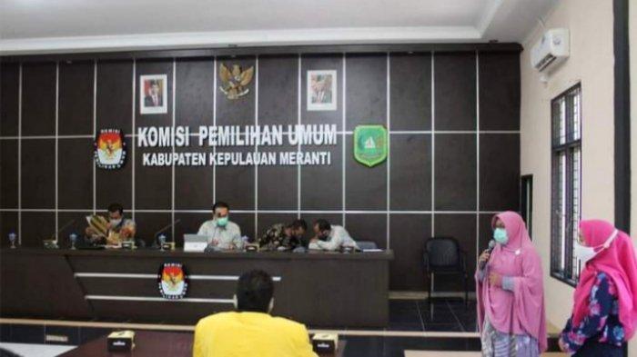Penyerahan hasil verifikasi berkas Bapaslon Said Hasyim-Abdul Rauf kepada partai pengusung Sabtu (3/10/2020) bertempat di Kantor KPU Kepulauan Meranti.