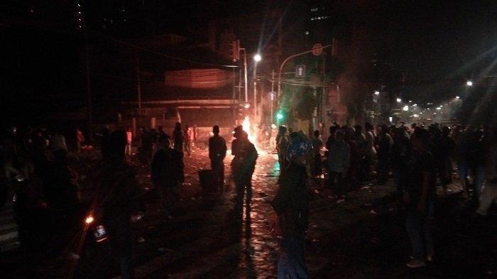 Subuh Ini Bentrok Massa Aksi dengan Polisi Masih Terjadi, Massa Aksi: Pak Sahur Dulu Pak