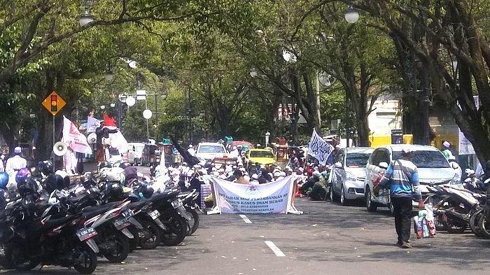Sidang SP3 Kasus Habib Rizieq Shihab, Massa FPI Blokade Jalan di Depan PN Bandung