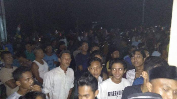 Warga Desa Pasir Mas, Kecamatan Singingi ramai di lokasi kala pelaku curanmor diamankan.