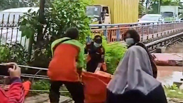 Mayat wanita berusia sekitar 30 tahun itu ditemukan mengambang di Anak Kali Ciliwung. Korban diperkirakan sudah tenggelam berhari-hari.
