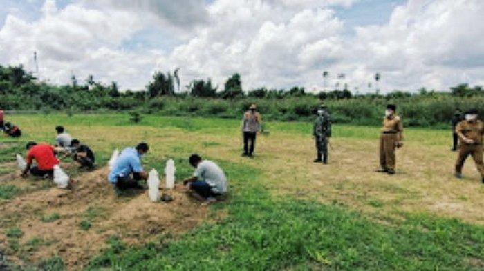 Melanggar Prokes, 57 Warga Inhil Dapat Sanksi Sosial Bersihkan Kuburan Pasien Covid-19