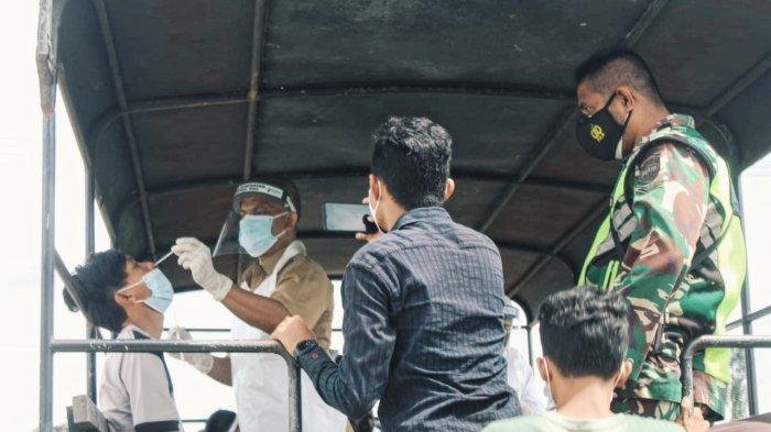 Pelanggar prokes menjalani tes swab antigen di pintu masuk lokasi pemakaman sebelum menjalani sanksi membersihkan pemakaman di Sungai Beringin Tembilahan, Selasa (4/5/2021).