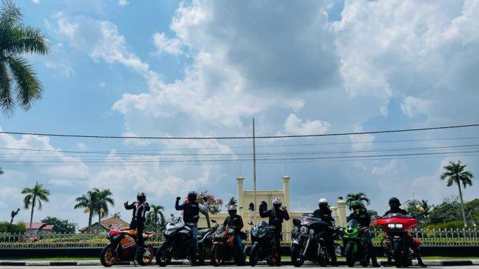 Member IMBI Riau berfoto bersama di kawasan Istana Siak Sri Indrapura