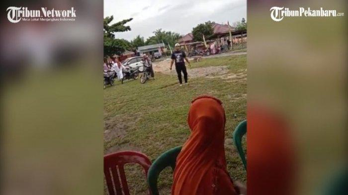 Aksi Pria Mengamuk Tenteng Parang di Kampar,Dipicu Penamparan di Musyawarah Suku Piliang