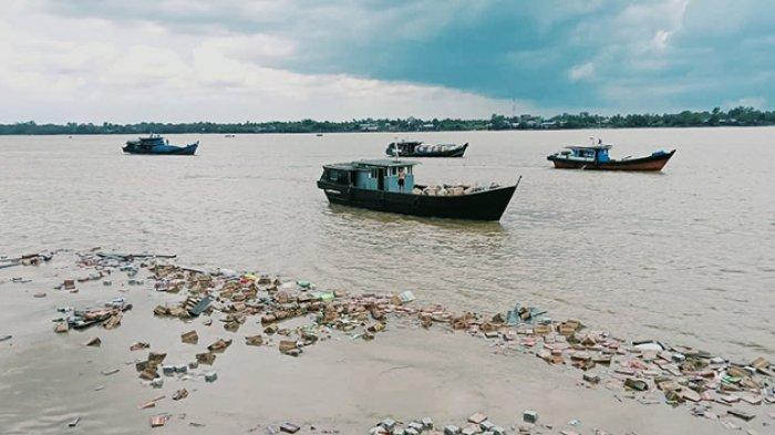 Muatan KM Karya Murni GT 34 semilai Rp 1,5 miliar mengapung di Sungai Indragiri Tembilahan, Inhil, Riau, Sabtu (3/4/2021) sore.
