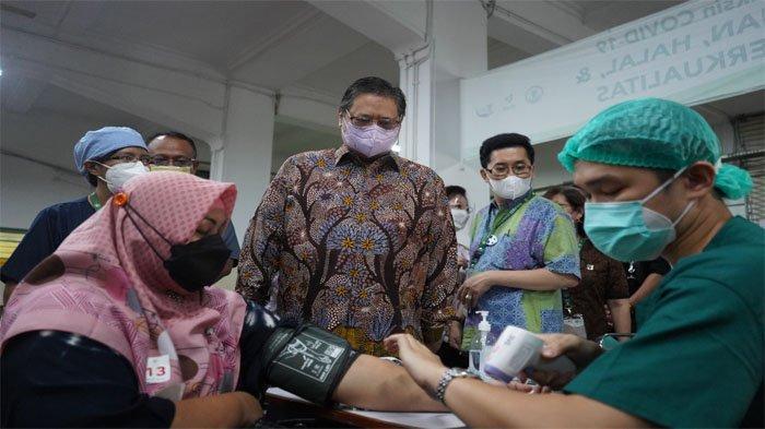 Berkunjung ke Sentra Vaksinasi Serviam, Menko Airlangga Ingatkan Masyarakat Tetap Patuhi Prokes