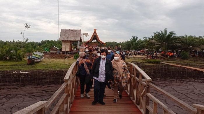 Menteri LHK Siti Nurbaya Kunjungi Pantai Raja Kecik Muntai Bengkalis, Tinjau Penanganan Abrasi
