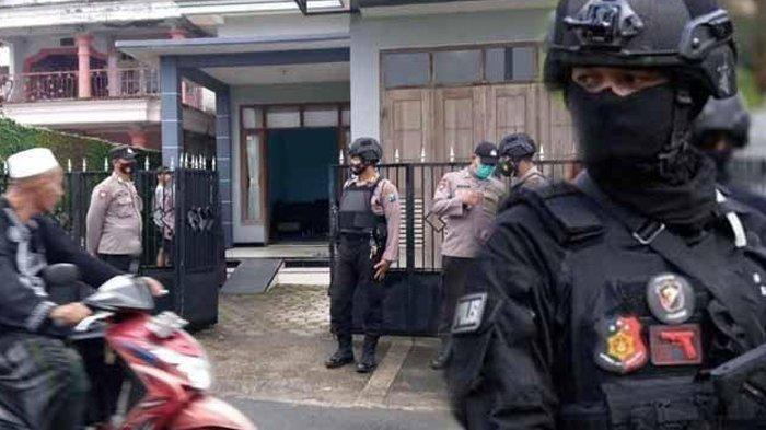 Mertua Terduga Teroris di Surabaya Nyaris Pingsan, Istri Terduga Teroris di Tuban: Tak Ada yang Aneh