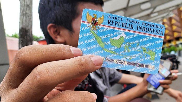 Seorang pemuda perlihatkan KTP elektroniknya yang selesai dalam waktu dua jam di Dinas Kependudukan dan Pencatatan Sipil Kota Pekanbaru, Sabtu (7/11/2020).