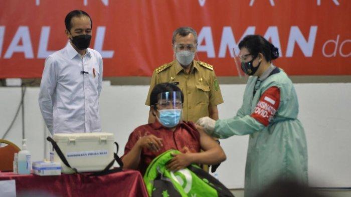 Presiden RI Joko Widodo Saksikan Vaksinasi Covid-19 Mitra Gojek di Pekanbaru