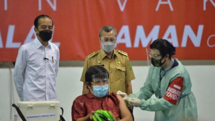 Mitra Gojek Pekanbaru suntik covid-19 di Gelanggang Remaja pada Rabu dan disaksikan oleh Presiden Jokowi dan Gubernur Syamsuar