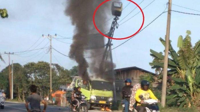 VIDEO: Detik-Detik Mobil Crane Terbakar Usai Sentuh Kabel Listrik, Satu Orang Diduga Jadi Korban