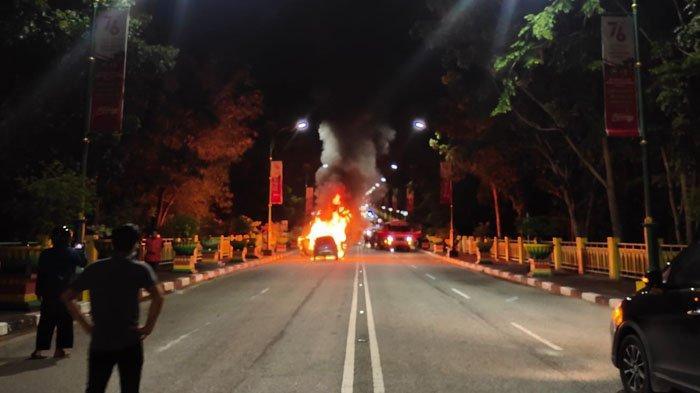 Mobil grand Livina milik Kades Merempan Hilir yang terbakar persis atas jalan masuk Jembatan Siak, Kamis (9/9/2021).