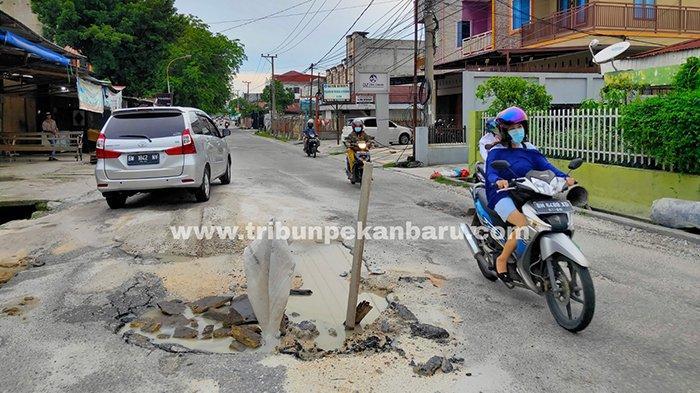 Foto :  Jalan Melur Pekanbaru Rusak Belum Juga Dibenahi - mobil-melintasi-jalan-melur-rusak.jpg