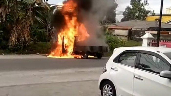 Batal ke Pariaman, Mobil Pick Up Terbakar di Depan SPBU Jalan Kulim Pekanbaru, Sopir Terluka