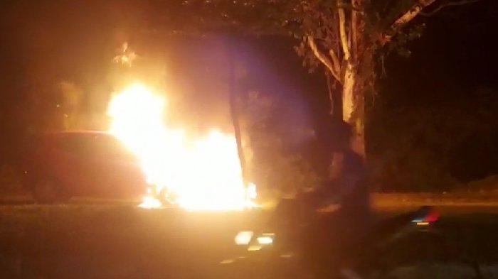 Kronologi Mobil Terbakar di Pekanbaru, Pengendara Mobil Tabrak Motor tapi Tetap Tancap Gas