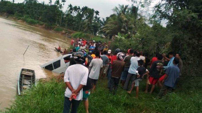 BREAKING NEWS: Mobil Travel Bukittinggi-Tembilahan Terjun ke Sungai Indragiri, Dua Orang Tewas