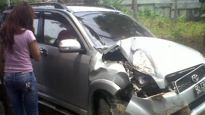 Nyetir Sambil Gendong Anak, Mobil PNS Tabrak Pohon
