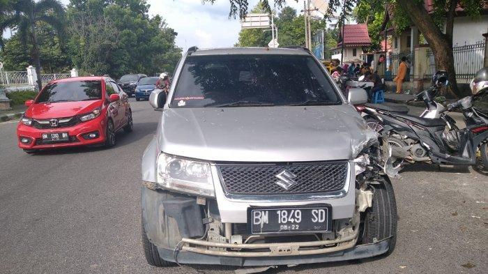 Foto:Tukang Sate Terjepit,Pemilik Gerobak Kopi Sakit Pinggang,Kaki Mulyadi Luka,Tabrakan Depan RSUD - mobil-yg-senggol-motor-gerobak-jus.jpg