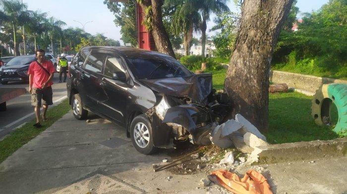 Panjat trotoar di Pekanbaru, satu unit mobil Toyota Avanza Hitam nomor polisi BA 1033 TK, mengalami kecelakaan lalu lintas di Jalan Jenderal Sudirman, Kota Pekanbaru, Jumat (28/5/2021).