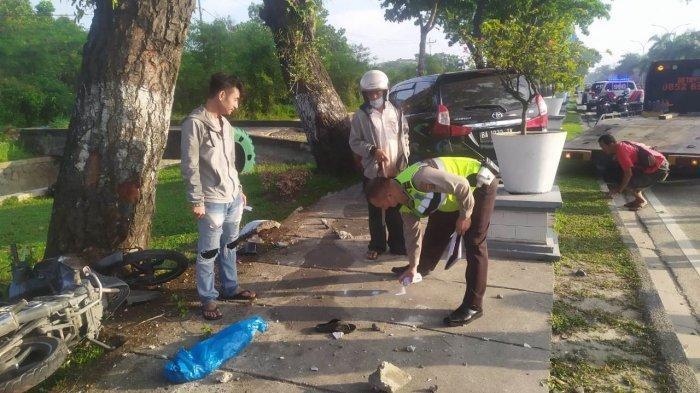 Kronologi Mobil Panjat Trotoar di Jalan Sudirman Pekanbaru, Tabrak 2 Motor dan Petugas Kebersihan