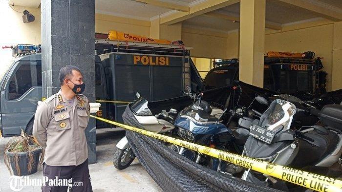 Kabid Humas Polda Sumbar, Kombes Pol Stefanus Satake Bayu Setianto saat melihat kendaraan moge di Mapolda Sumbar, Jumat (13/11/2020)