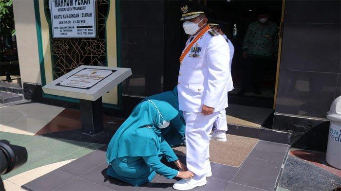 Spontan Rasidah Jongkok Rapikan Tali Sepatu Suaminya : Alfedri : Kebiasaan Sehari-sehari