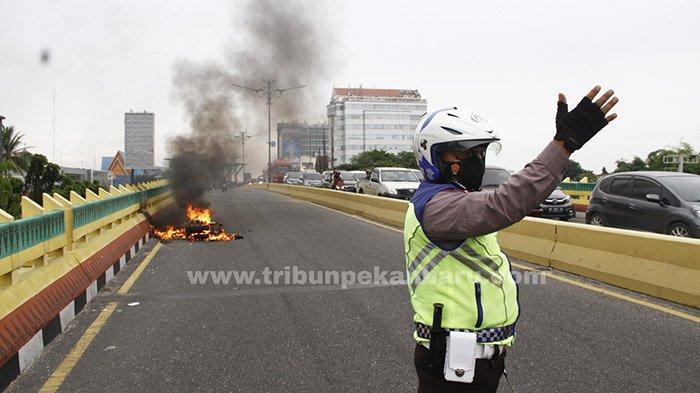 FOTO : Sepeda Motor Terbakar di Atas Flyover di Pekanbaru - motor-terbakar-di-flyover2.jpg