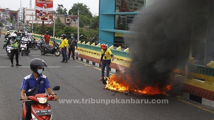FOTO : Sepeda Motor Terbakar di Atas Flyover di Pekanbaru - motor-terbakar-flyover.jpg