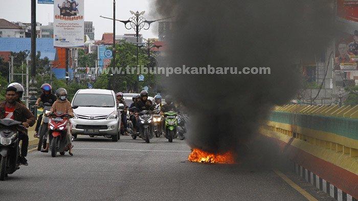 FOTO : Sepeda Motor Terbakar di Atas Flyover di Pekanbaru - motor-terbakar-flyover1.jpg