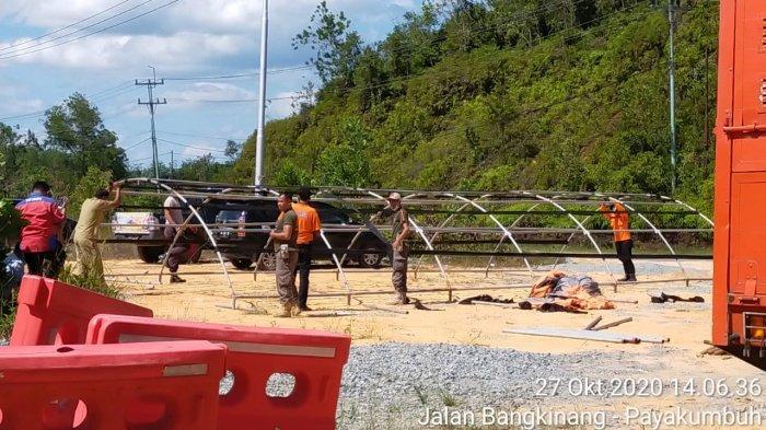 Jajaran pemerintah Kabupaten Kampar mendirikan tenda dan posko cekpoin Covid-19 di perbatasan antara Kampar dan Sumatera Barat, Selasa (27/10/2020).
