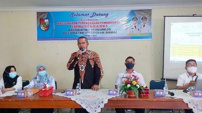 Ketua DPRD Pekanbaru Hamdani SIP (berdiri) memberikan sambutan saat Musrenbang di Kelurahan Wonorejo, Kecamatan Marpoyan Damai, Rabu kemarin.