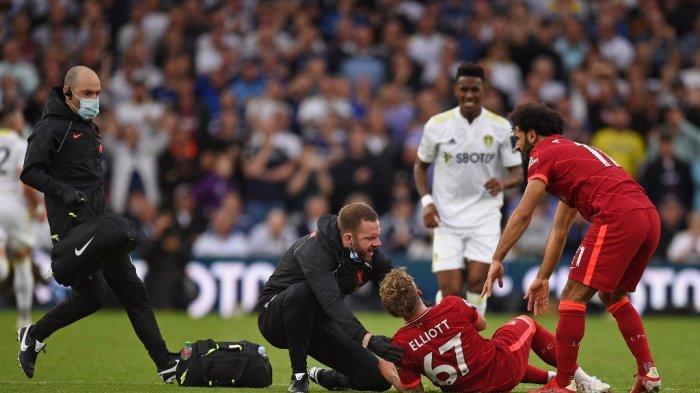 Seorang official membantu penyerang Liverpool Harvey Elliott (tengah) setelah ia mengalami cedera patah kaki serius saat laga Leeds United vs Liverpool di Elland Road di Leeds, Inggris utara pada 12 September 2021.