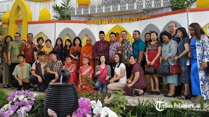 Para Tamu Rebutan Foto Bersama Walikota Pekanbaru Saat Open House Idul Fitri 1440 H