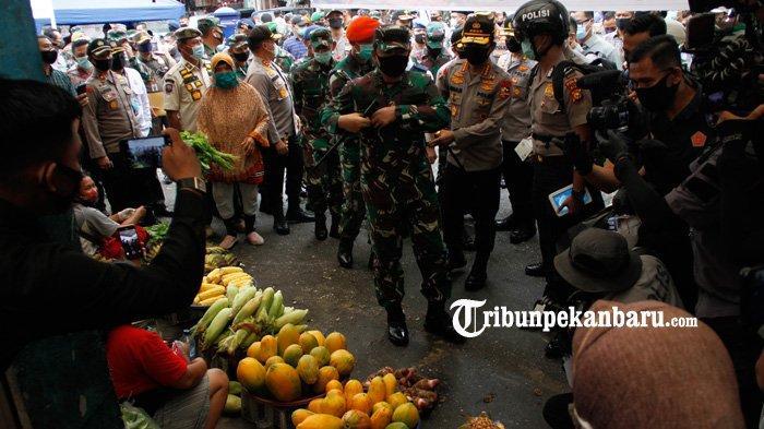 FOTO: Panglima TNI dan Kapolri Tinjau Penerapan Disiplin Protokol Kesehatan di Pasar Kodim Pekanbaru - panglima-tni-dan-kapolri-ke-pasar-kodim-2.jpg