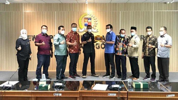 Penanggung Jawab Pansus Ketertiban Umum dan Ketentraman Masyarakat DPRD Pekanbaru Ginda Burnama ST (lima dari kanan), menyerahkan cendramata kepada anggota DPRD Bogor Mardianto, dalam kunjungan kerja, akhir pekan lalu di DPRD Kota Bogor.