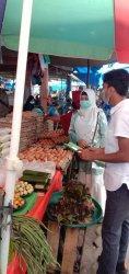 Pegawai Diskopindag Kuansing melakukan pemantauan hatga sejumkah sembako di beberapa pasar di Teluk Kuantan,Rabu (14/4/2021). (Tribunpekanbaru.com/Palti Siahaan).