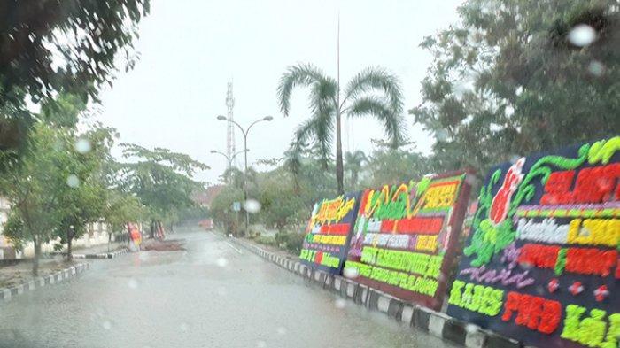 Papan Bunga Ucapan Pelantikan Roboh,Jalan Tergenang,Kondisi Pelalawan Usai 5 Jam Diguyur Hujan Lebat