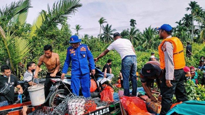 Papan Bawah Bocor, Speed Boat di Inhil Tenggelam dan Barang-barang Penumpang Berserakan di Sungai