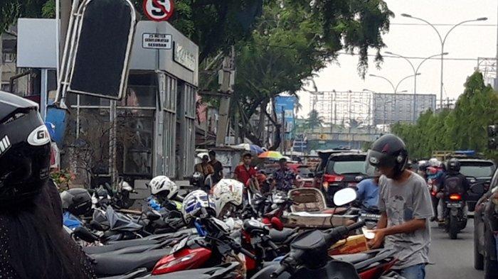 Kendaraan tampak parkir di dekat halte bus TMP dekat Pasar Cik Puan, Jalan Tuanku Tambusai, Kota Pekanbaru. Padahal ada tanda larangan parkir.
