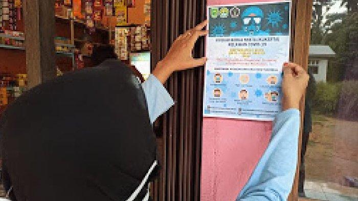 Pasang Poster di Pusat Keramaian, Mahasiswa Kukerta Relawan Covid-19 UNRI Cegah Penyebaran Corona
