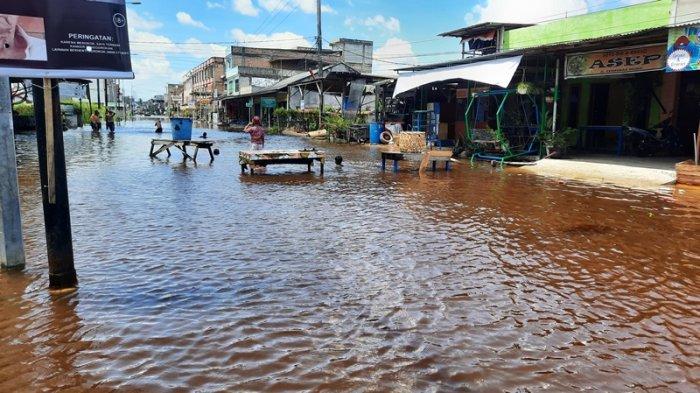 Sejumlah ruas jalan di Dumai Kota, Kembali tergenang pasang keling atau banjir rob, pada Jumat (8/10/2021). Ruas Jalan Cempedak tergenang air.